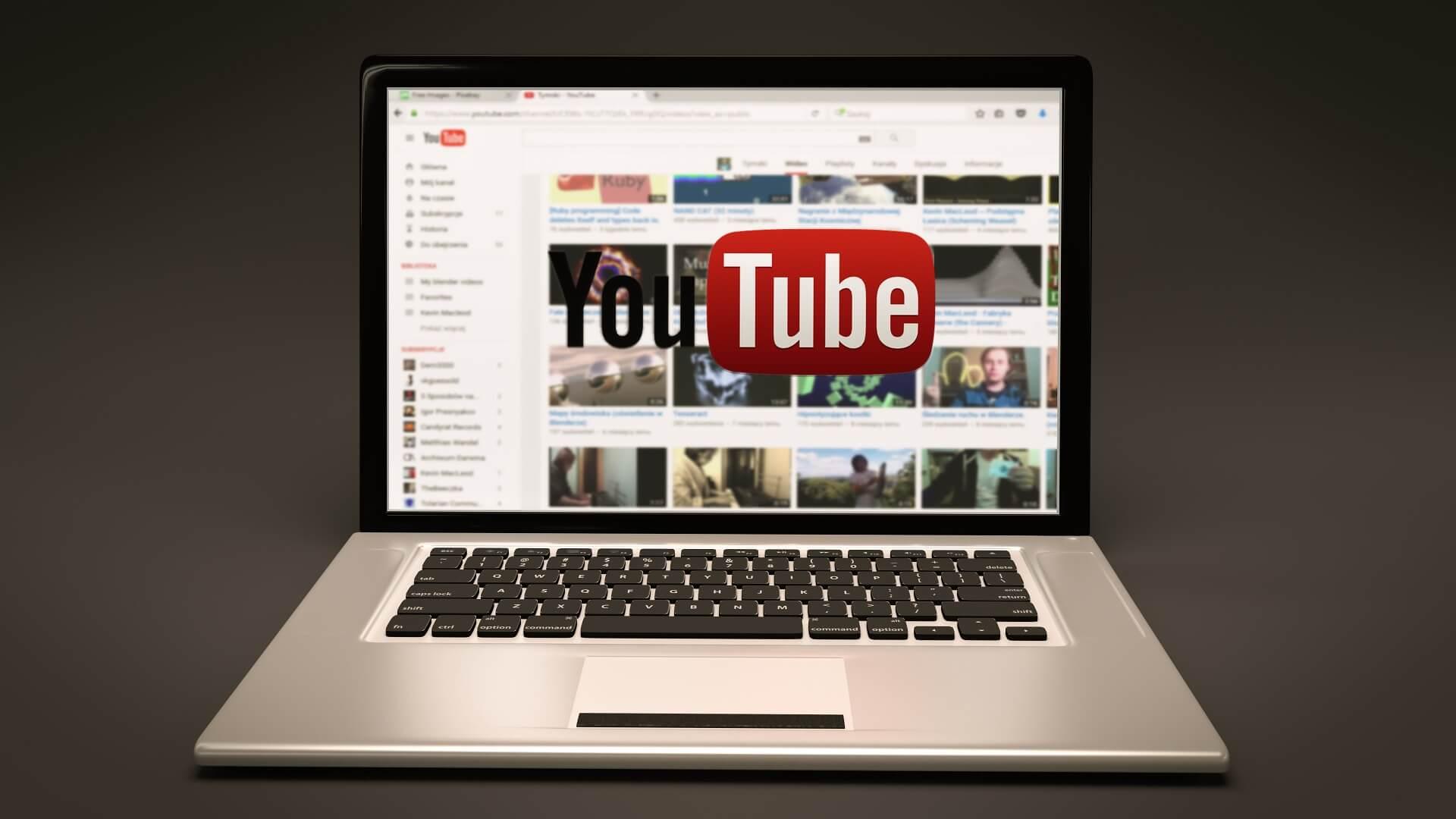 Una computadora portátil con un canl de YouTube creado